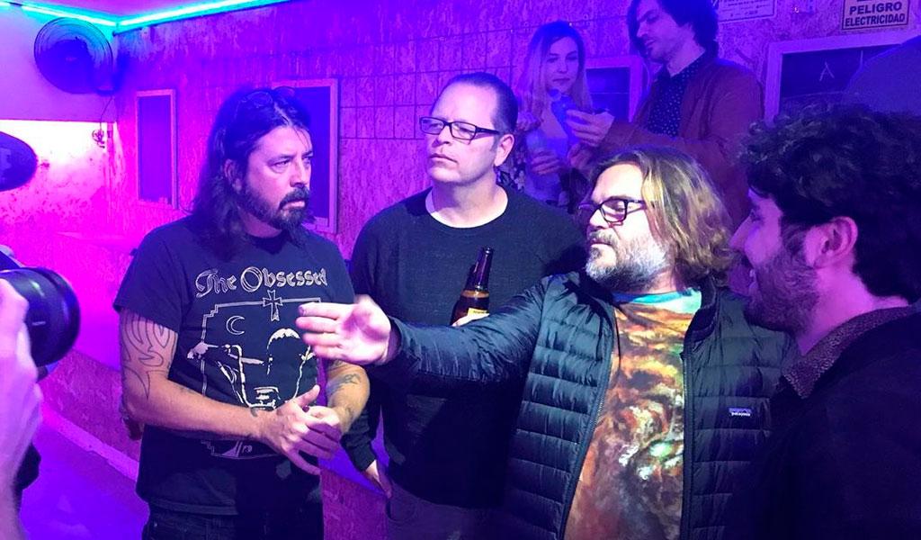 El divertido video de Foo Fighters y Weezer jugando tejo
