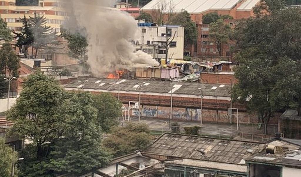 Rescatan dos personas de un incendio en Bogotá