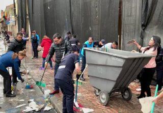 Ciudadanos ayudan a limpiar la Plaza de Bolívar
