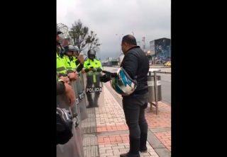 Motociclista se detuvo a orar con la Policía Nacional