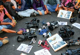 Los periodistas enfrentan nuevas amenazas de los gobiernos que cubren