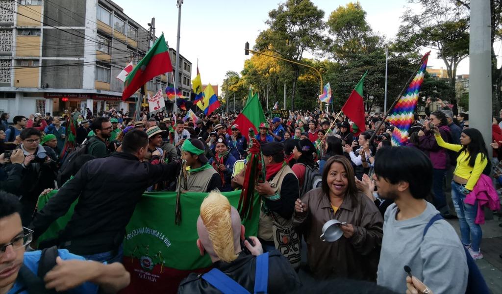 El cacerolazo de la guardia indígena en Bogotá