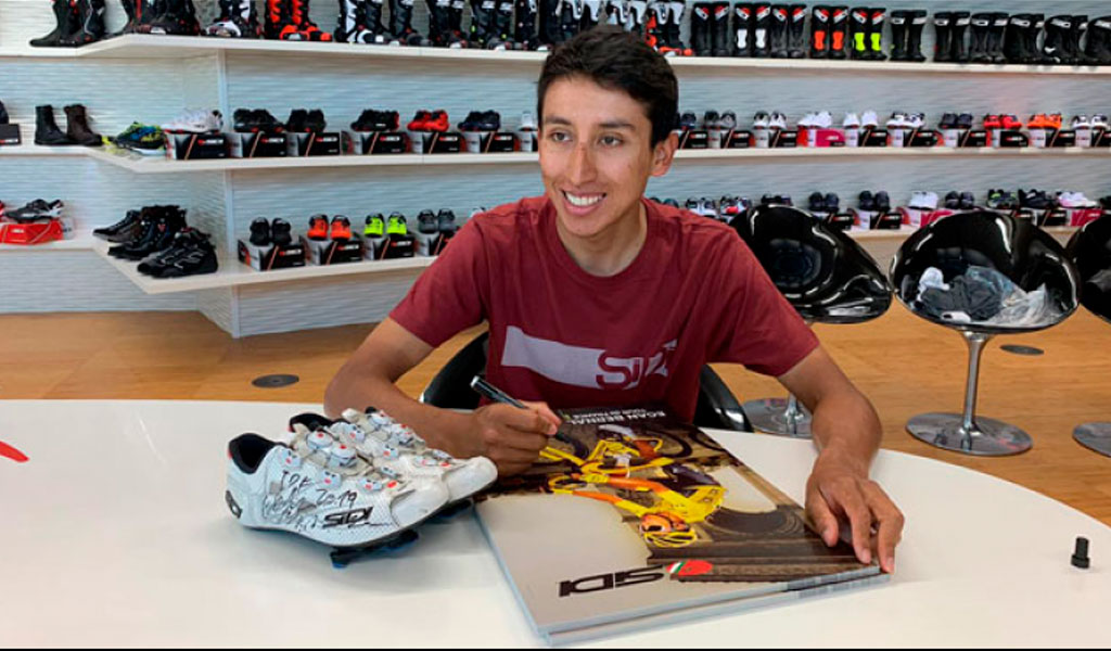 Egan Bernal y la zapatilla exclusiva dorada