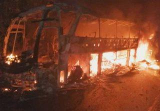 Seis vehículos incinerados tras atentado en Antioquia