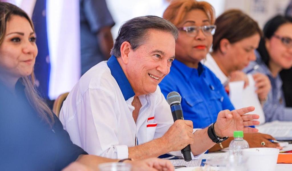 Presidente de Panamá pide a su equipo trabajar más duro