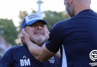 La aparatosa caída de Diego Maradona