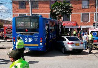 Un SITP se estrelló contra una droguería en El Tintal