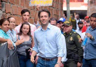 Como un acto de civismo alcalde de Medellín limpió grafitis