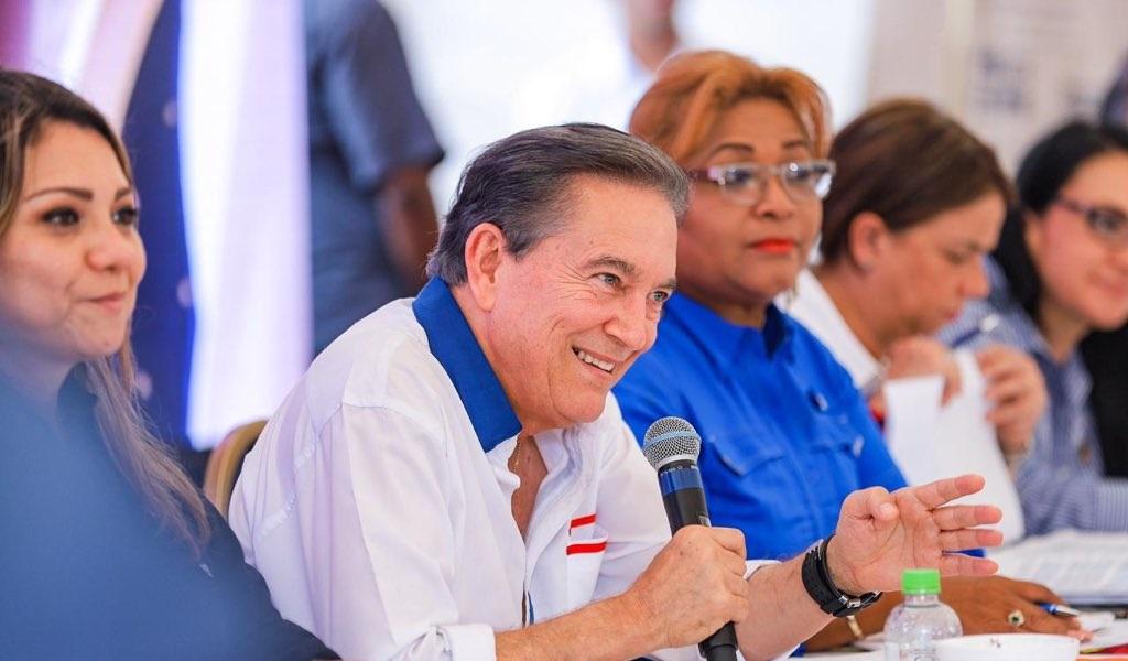 Presidente otorga becas a hijos de trabajadores bananeros