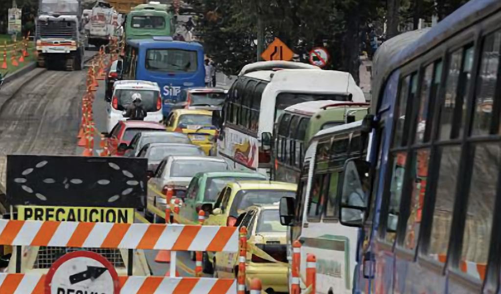 ¿Servirá restringir vehículos de carga en la Calle 13?