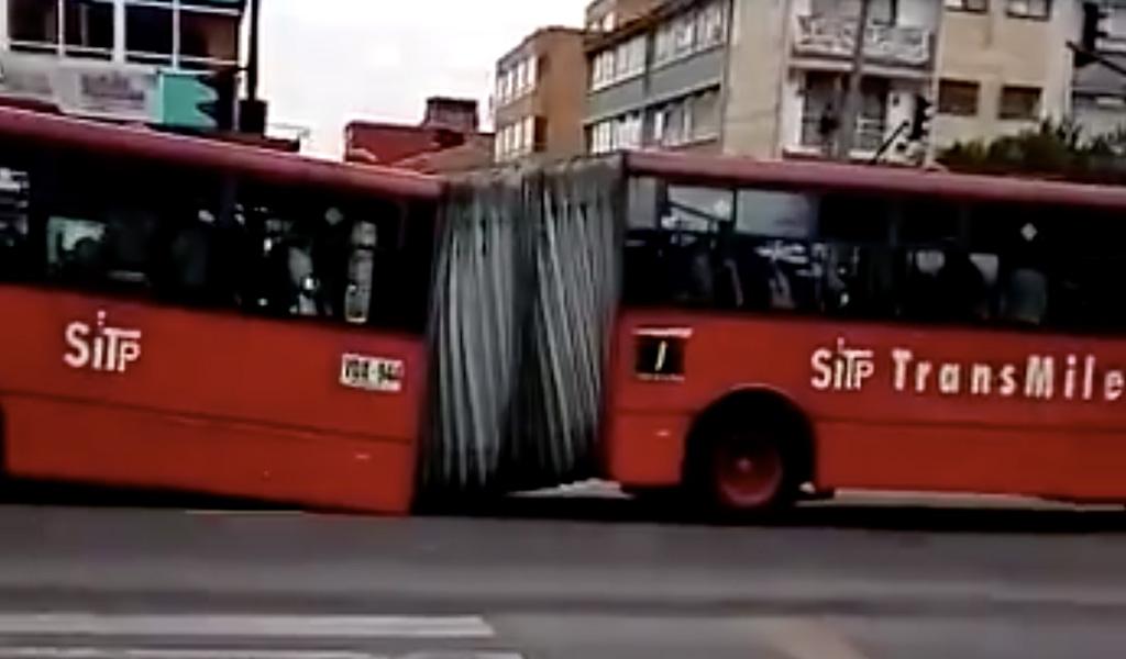 Bus de TransMilenio se partió en dos sobre la Av. Caracas