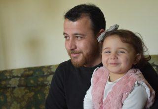 Una familia juega en medio de la guerra en Siria
