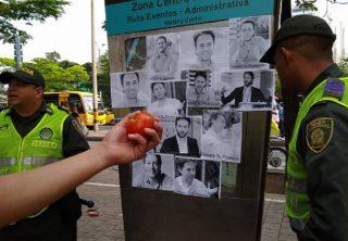 Frustran protestas con tomates en Medellín