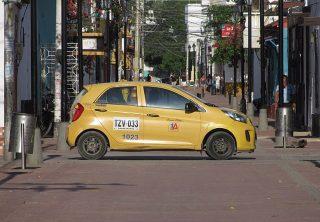 Taxista agrede a mujer porque le pagó con billete de 50 mil